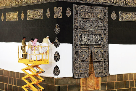 Haulotte scissor lifts change the Kaaba's cover