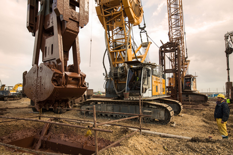 Video: Liebherr cranes work on Suez Canal project