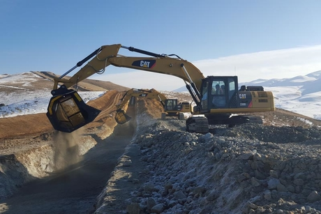 MB Crusher buckets work 692km cut'n'cover pipeline