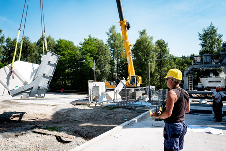 Liebherr mobile crane erects mixing plant via remote control