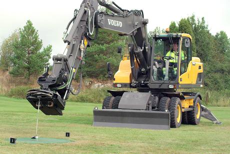 Video: Volvo EW180D excavator in golf course stunt