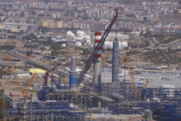 ALE uses the AL.SK190 to lift an 800t column on a petrochemical project near Izmir.