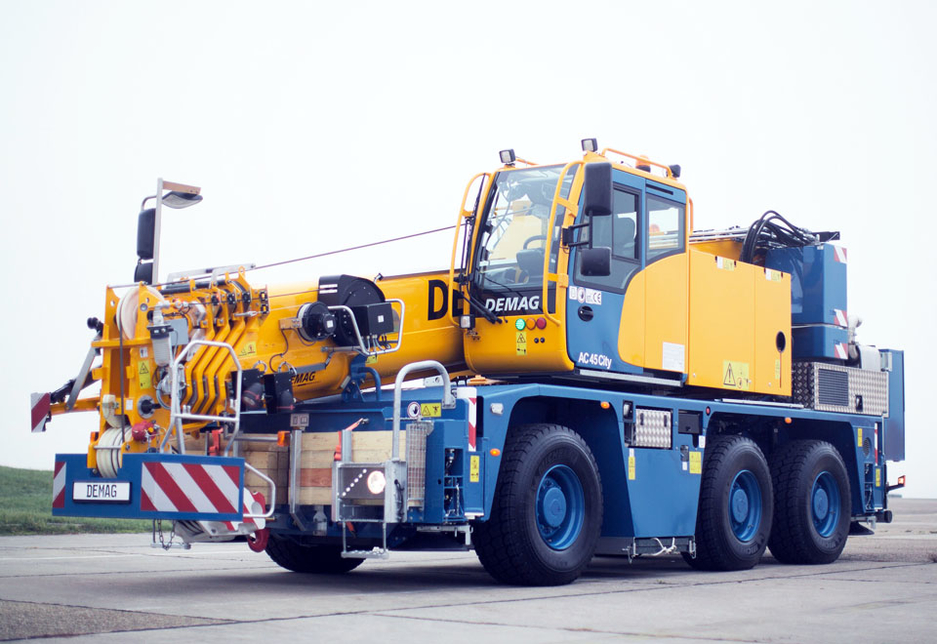 The three-axle Demag AC 45 City crane from Terex.