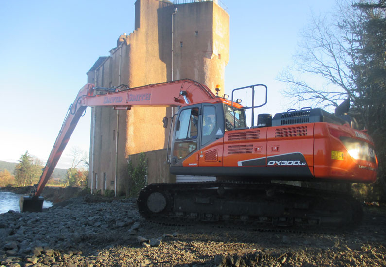A Doosan DX300SLR-5 hydraulic excavator was used to prevent Scotland's Abergeldie Castle from collapsing into the River Dee.