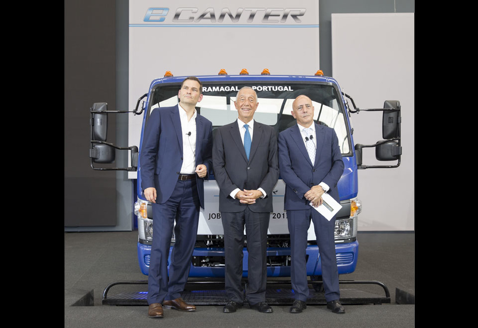 L-R: Marc Llistosella, president and CEO of Mitsubishi Fuso Truck and Bus Corporation; Marcelo Rebelo de Sousa, president of Portugal; and Jorge Rosa, head of the Tramagal plant, Portugal.