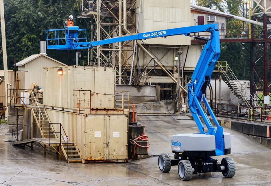 The 20m-high Genie Z-60/37 FE hybrid articulated boom is a high performance, low emission, aerial work platform adapted to indoor as well as outdoor tasks that combines diesel and battery power.