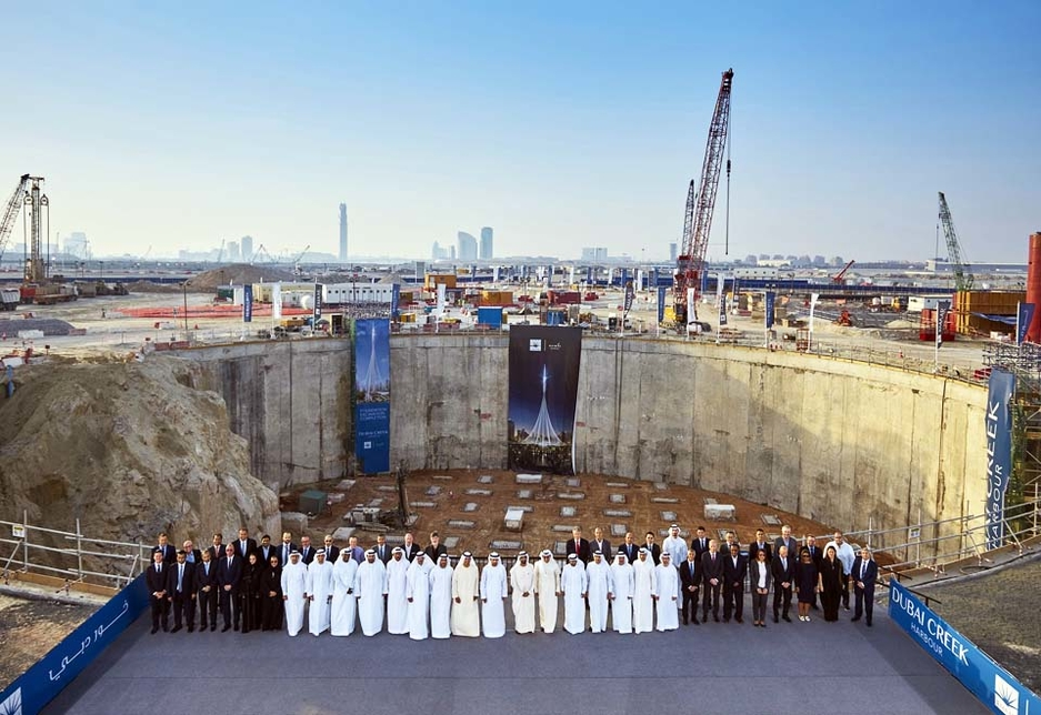 HH Sheikh Mohammed poses with Emaar and Dubai Holding officials in front of the megaproject's construction site.