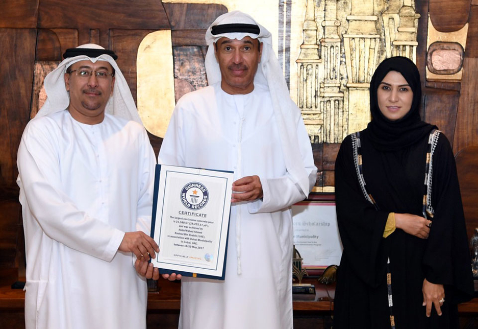 DM's Eng Hussain Nasser Lootah (centre) receives the certificate from Guinness World Records.
