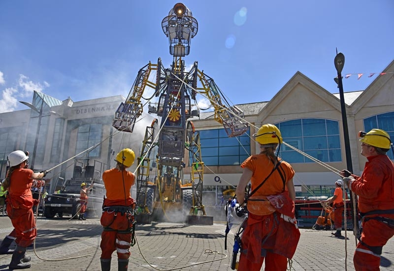 Over the course of a 50-minute ceremony, the Man Engine is erected from a transport height of 4.5m to a height of over 10m.
