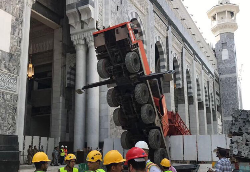 The mobile winch crane's collapse in Saudi's Makkah Grand Mosque did not cause any injuries [image: Twitter/spagov].