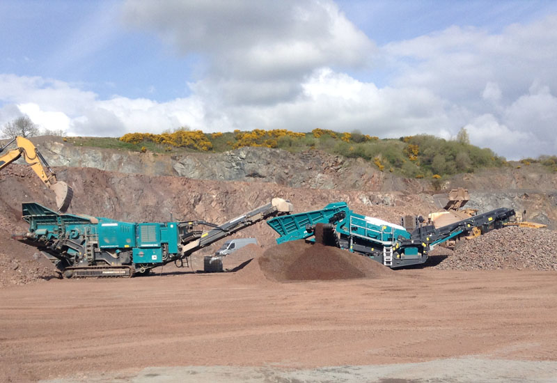 A Powerscreen Premiertrak 600 (left) powers a Warrior 1400XE (right).