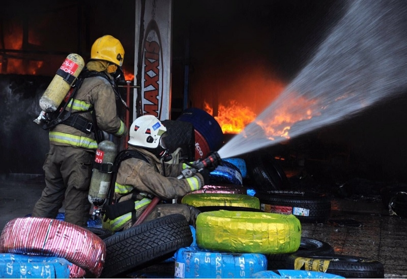 Six groups of firefighters were required to contain the Sharq Industrial Area fire in Kuwait [image: KUNA].