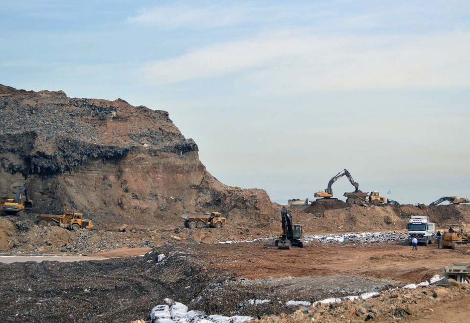 Volvo excavators extract the waste from the existing dump and load the material onto articulated haulers.