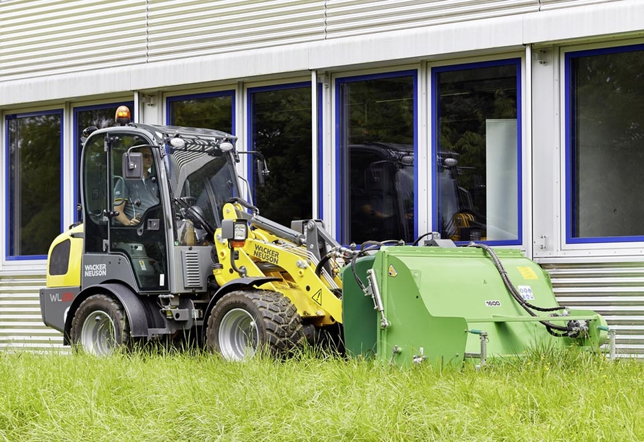 The hydraulic system, with 58.5l/minute, enables the operation of a wide range of attachments.