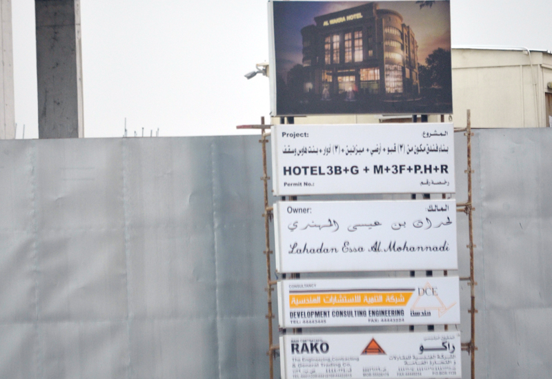 Contractors must display a board at the entry of sites, stating the names of the owner and street, date and number of building permit and other relevant information.