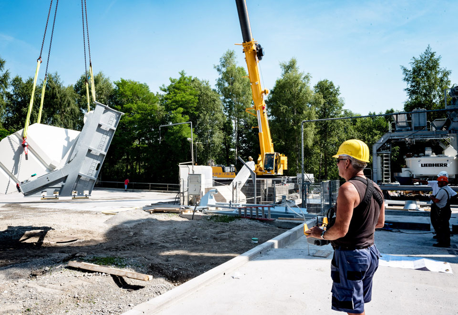 Crane driver Detlef Scharnefski remotely controls his Liebherr LTM 1070-4.2 mobile crane to obtain a better view of the load and assembly situation.