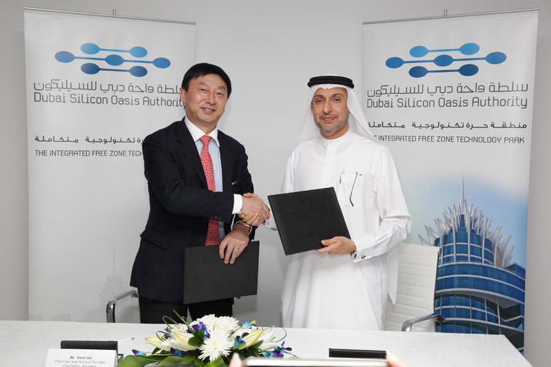 Dr Alzarooni and Jinxi Lin during the signing ceremony at GITEX 2014.