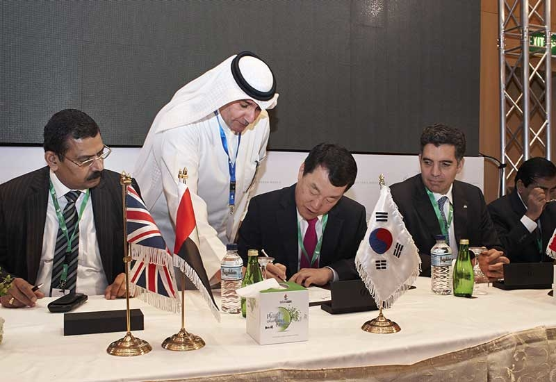 Samsung Engineering president Park Choong-Heum signs the agreement for the Kuwait Clean Fuels deal.