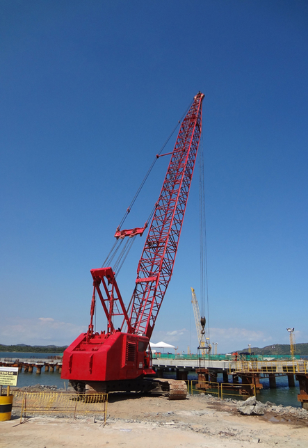 Odebrecht's Manitowoc 4000W crawler crane is 38 years old.
