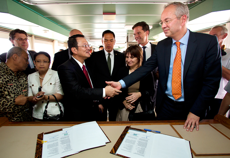 The 20m Euro contract was signed at the Port of Tanjung Priok in Jakarta onboard the trailing suction hopper dredger HAM 310.