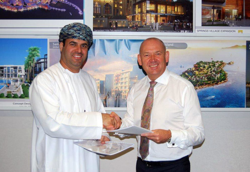 Saraya Bandar Jissah CEO Sheikh Hamood Al Hosni (left) signs contract with DSA managing director Steve Kelshaw