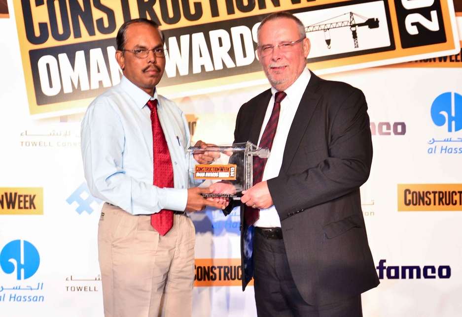 K Muthupandi of Larsen & Toubro, collected the award from Peter Hall of Al Hassan.