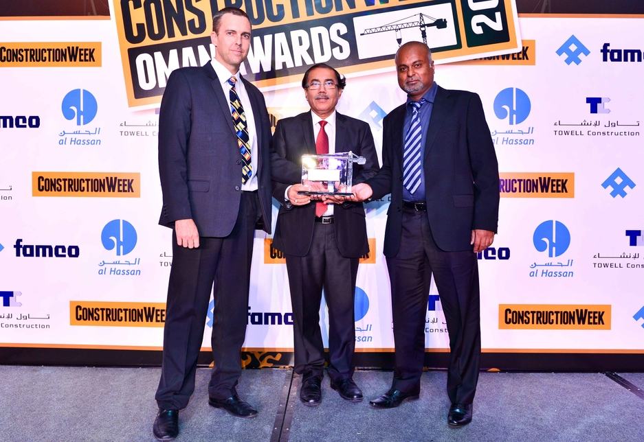 Atkins director David Hutton (l) & architect Rohan Thotabaduge (r) collect CW Consultant of the Year Award from C K Khanna, BEC.