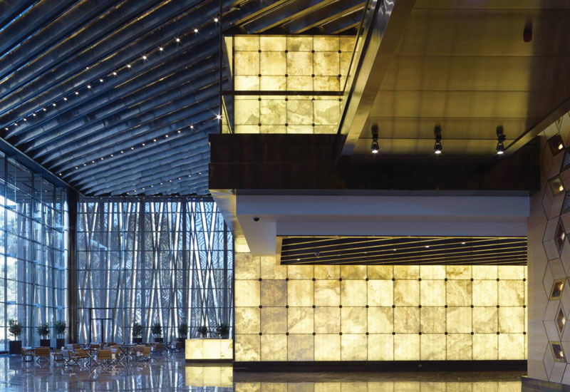 The interior glass walls are designed to be a metaphor for directness and openness, reflecting the building's use as a forum for world leaders.