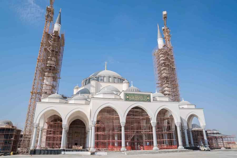 HH Dr Sheikh Sultan bin Mohammed Al Qasimi inspected the progress of Sharjah Mosque in Al Tayy suburb [image: Wam].
