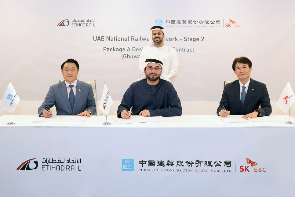 Etihad Rail's Malak signed the contract with CSCEC ME's Tao and SK E&C's Nam.